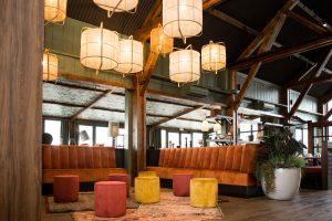 Aménagement intérieur de restaurant à l'enseigne La Pataterie à Avraniville (Essonne)
