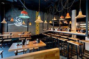 Salle de restaurant à l'enseigne Pitaya, franchise de restauration rapide